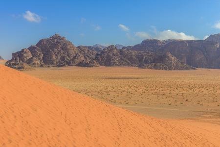 Spectaculaire rode zandduinen bij Wadi Rum woestijn in Jordanië Stockfoto - 35597272