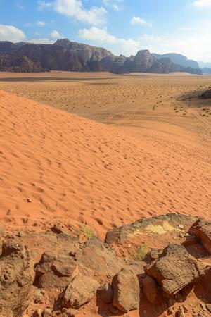 Spectaculaire rode zandduinen bij Wadi Rum woestijn in Jordanië Stockfoto - 35597274
