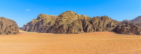Panorama van de bergen van Wadi Rum woestijn in Jordanië, wordt een 4x4 auto cruisen door de woestijn Stockfoto - 35597288