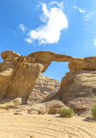 Jabal Umm Fruth Bridge is een van de vele natuurlijke bogen in Wadi Rum, Jordanië Stockfoto - 35597443