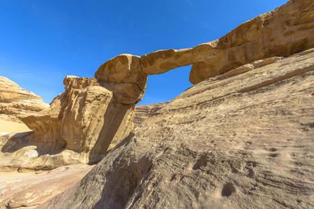 Jabal Umm Fruth Bridge is een van de vele natuurlijke bogen in Wadi Rum, Jordanië Stockfoto - 35597455