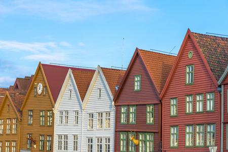 De kleurrijke historische gebouwen van Bryggen in de Stad van Bergen, Noorwegen Stockfoto - 38759846