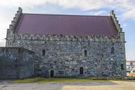 Haakon's Hall is een middeleeuwse stenen hal zich in het Bergenhus vesting. Dit Hall is de grootste middeleeuwse seculiere gebouw in Noorwegen. Stockfoto - 38763874