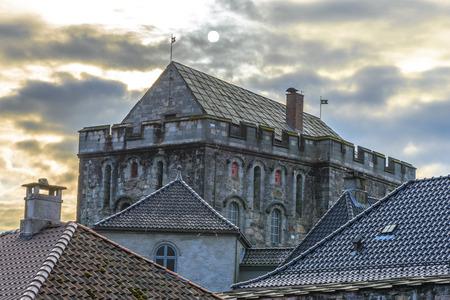 Haakon's Hall is een middeleeuwse stenen hal zich in het Bergenhus vesting. Dit Hall is de grootste middeleeuwse seculiere gebouw in Noorwegen. Stockfoto - 38759854