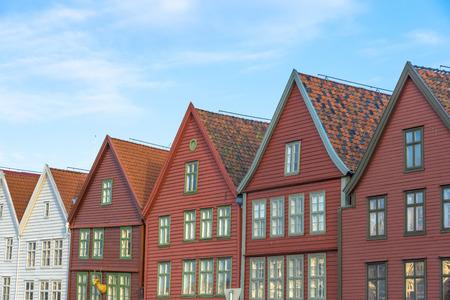 De kleurrijke historische gebouwen van Bryggen in de Stad van Bergen, Noorwegen Stockfoto - 38760094