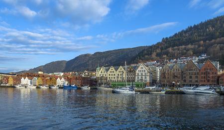Bergen, Noorwegen - 14 februari 2015: historische gebouwen van Bryggen in de Stad van Bergen, Noorwegen Stockfoto - 38763958