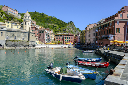 Vernazza, Italy- May 21, 2016: tourists enjoying various activities in Vernazza, one of the five towns that make up the Cinque Terre region on May 21, 2016 in Vernazza, Italy Redactioneel