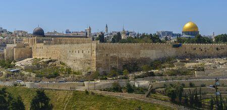 Panoramisch uitzicht op de oude stad van Jeruzalem en de Tempelberg, de Rotskoepel en de Al Aqsa-moskee vanaf de Olijfberg in Jeruzalem Stockfoto - 80695210