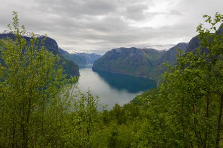 Aurlandsfjord gezien vanaf Stegastein Overlook, de West-Noorse fjorden, Noorwegen Stockfoto - 86682182