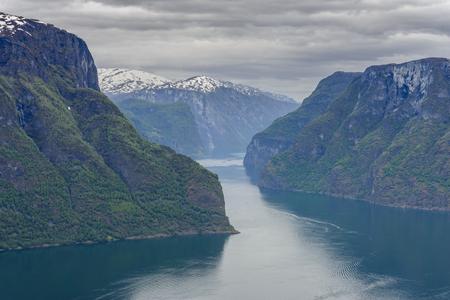 Aurlandsfjord gezien vanaf Stegastein Overlook, de West-Noorse fjorden, Noorwegen Stockfoto - 86682183