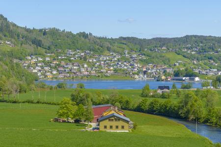 Prachtig zomerzicht met populaire waterval Steinsdalsfossen aan de rivier de Fosselva. Ochtendscène van dorp van Steine-dorp, gemeente van Kvam in Hordaland-provincie, Noorwegen. Stockfoto - 86682187