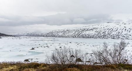 Frozen mountain lake with ice -lake Stavatn in Telemark, Norway. Stockfoto