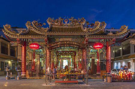 Unidentified people visit Kuan Yin shrine at Yaowarat China town Stockfoto - 134780872