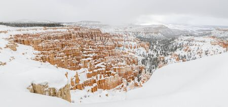 Bryce canyon panorama with snow in Winter with red rocks and blue sky, Utah, USA Stockfoto