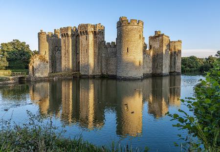 Castillo histórico de Bodiam y foso en East Sussex, Inglaterra