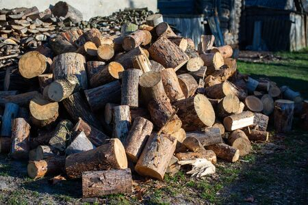 Firewood for furnace heating. Warehouse firewood for stove. Firewood stacked and prepared for winter Pile of wood logs Imagens - 147012572