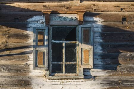 abandoned wooden house in a dead village in the Chernobyl exclusion zone Imagens - 147853420