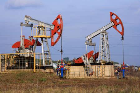 spiraglio: Due pompe olio estratto olio su uno sfondo di cielo blu Archivio Fotografico