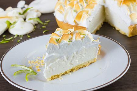 lemon pie: Rebanada de pastel de limón en la mesa de madera Foto de archivo