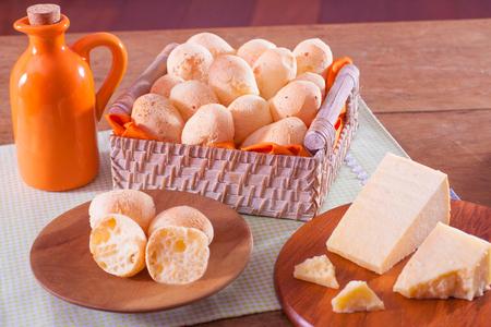 desayuno: El pan de queso brasile�o con el queso y el aceite Parmegiano Foto de archivo
