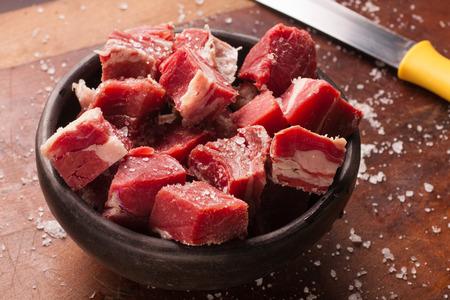 木製テーブルの上のみじん切り干し牛肉ステーキ 写真素材 - 55901509