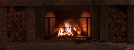 燃える炎が付いている保護画面暖炉