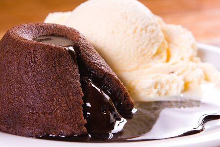 木製テーブルの上にアイスクリームと Patit Gateau 写真素材