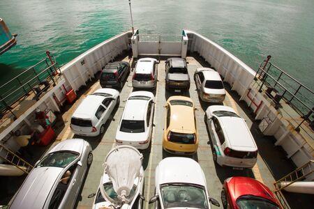Auto's op de veerboot in Bahia, Salvador Stockfoto - 60357065