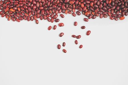 Marco de los granos rojos de Brasil en el fondo blanco. Phaseolus vulgaris