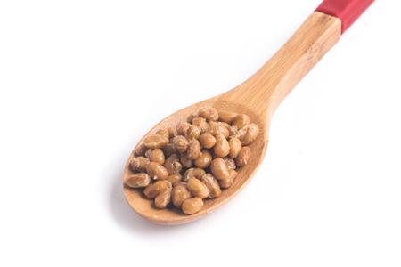 納豆。白い背景で隔離のスプーンに納豆