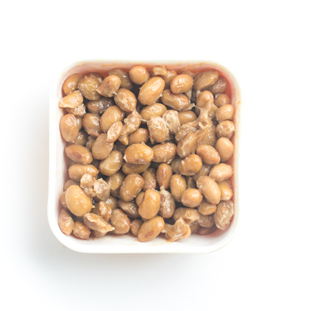 Natto. Soja fermenté isolé sur fond blanc