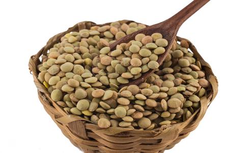 흰색 배경에 고립 된 그릇에 원시 렌즈 콩