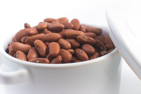Feijao Manteiga. Haricot brun brésilien isolé sur fond blanc Banque d'images