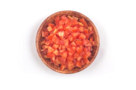 Tomates picados en un recipiente de madera aislado sobre fondo blanco Vista superior