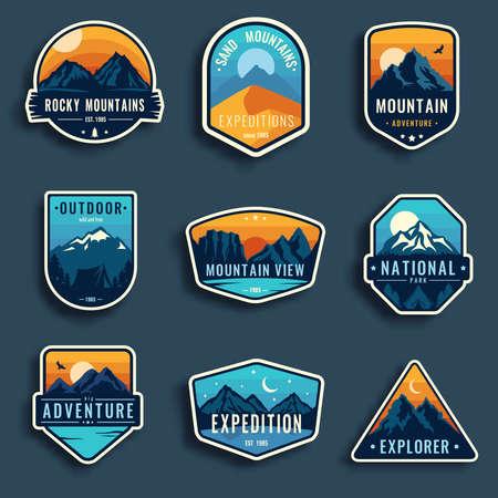 Set van negen berg reisemblemen. Camping outdoor avontuur emblemen, badges en logopatches. Bergtoerisme, wandelen. Boskamp etiketten in vintage stijl