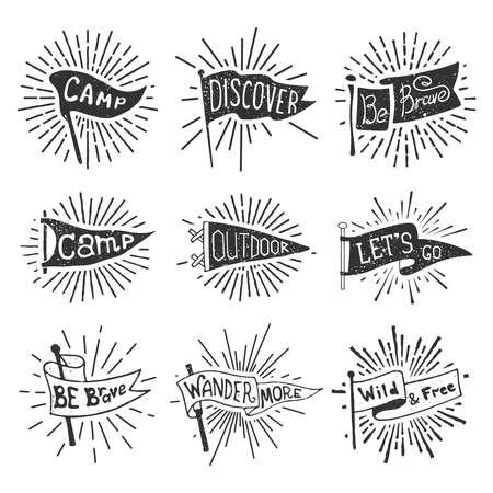 Conjunto de banderines de aventura, aire libre, camping. Etiquetas monocromáticas retro con rayos de luz. Dibujado a mano estilo pasión por los viajes. Diseño de banderas de viaje de banderín. Ilustración de vector.