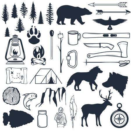 Ensemble de silhouettes sauvages. Éléments de camping et de randonnée dessinés à la main. Collection pour camp d'été en plein air. Étiquettes, emblèmes, logos, badges. Voyages et loisirs en camp de plein air