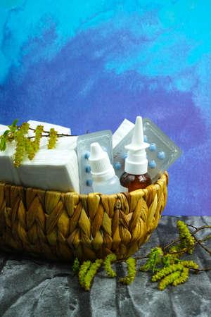 alergenos: Alergia concepto de alivio, al�rgenos estacionales - polen, medicamentos y tejidos de papel Birsh, copia espacio