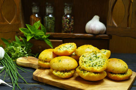 cebollines: Bread toasts with basil, chives and garlic, rustic style