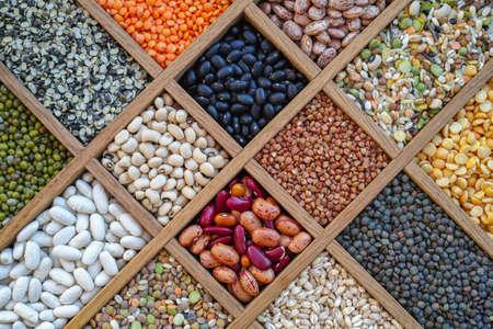 Collection assortiment van linzen, bonen, erwten, graan, gries, soja, peulvruchten in houten doos Stockfoto
