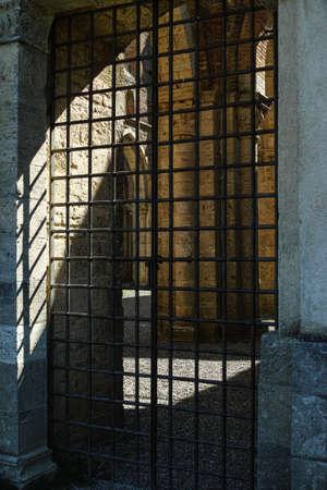 rejas de hierro: Antiguo barras de hierro de la puerta cerrada, methafor Foto de archivo