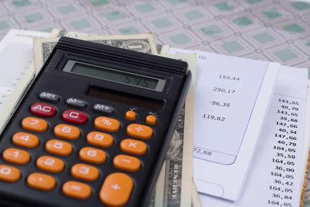 Gereedschaps- of hypotheekrekeningen, rekenmachine en Amerikaanse dollars - financieel concept, betalingen en problemen