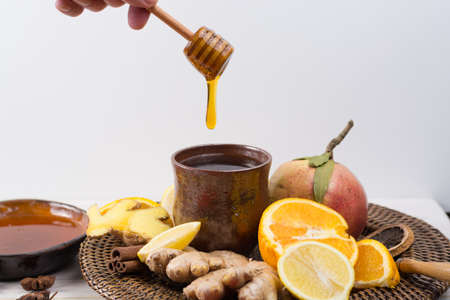 vitamine: Natural flu and cold remedy - orange and lemon fruit, fresh ginger, honey - alternative medicine, health concept