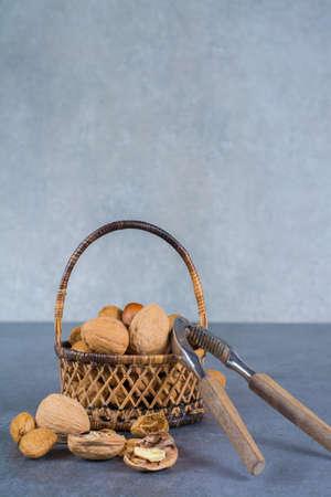 Noci mescolate in guscio - noci, nocciole e mandorle nel cesto malvagio
