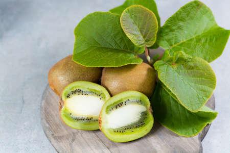 Tropicale maturo organico dolce verde kiwi con foglie pronte a mangiare Archivio Fotografico - 77532689