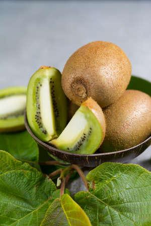 Tropicale maturo organico dolce verde kiwi con foglie pronte a mangiare Archivio Fotografico - 77574203