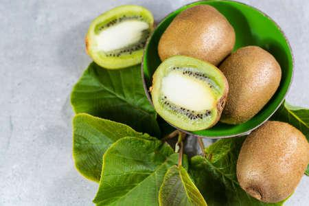 Tropicale maturo organico dolce verde kiwi con foglie pronte a mangiare Archivio Fotografico - 78274440