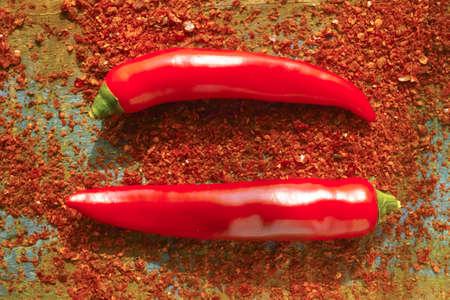 Piment au chili rouge Poudre de Cayenne Epices en poudre fraîches et séchées, prêt à l'emploi sur fond de bois Banque d'images - 80781375