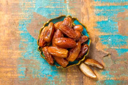 원시 유기 Medjool 먹을 준비가 구 덩이와 날짜