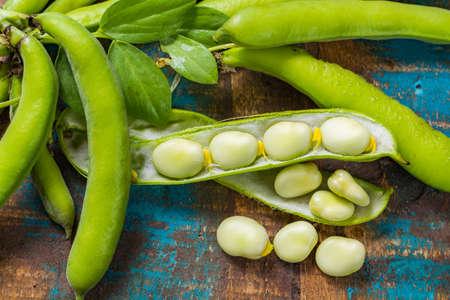 Gezonde verse peulvruchten, nieuwe oogst op grote lima witte grote bonen Stockfoto